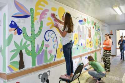Раскрашивая стены детских отделений